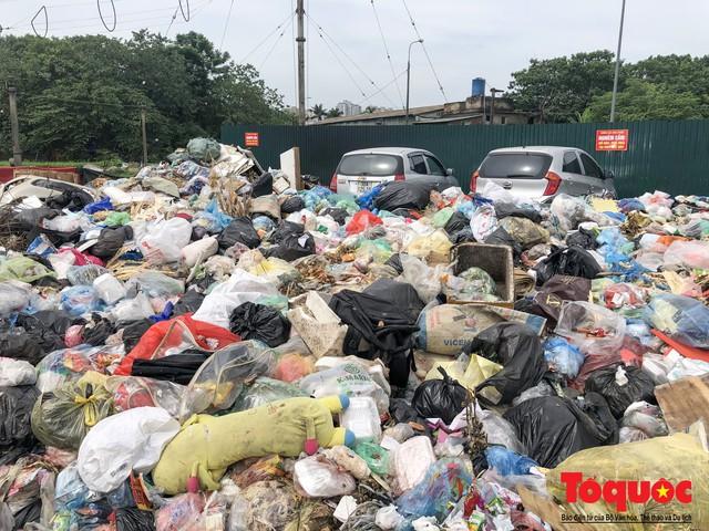 Hà Nội: Ngỡ ngàng sau một đêm 4 chiếc ô tô chìm trong bãi rác - Ảnh 5.