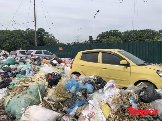 Hà Nội: Ngỡ ngàng sau một đêm 4 chiếc ô tô chìm trong bãi rác - Ảnh 4.