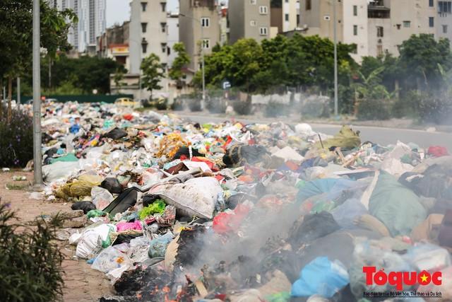 Hà Nội: Ngỡ ngàng sau một đêm 4 chiếc ô tô chìm trong bãi rác - Ảnh 8.
