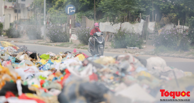 Hà Nội: Ngỡ ngàng sau một đêm 4 chiếc ô tô chìm trong bãi rác - Ảnh 7.