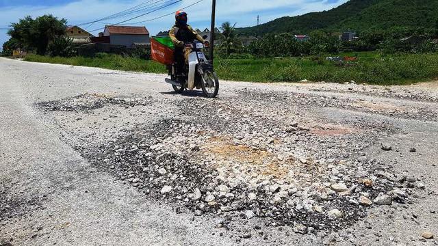 Con đường 5 tỷ ở Thanh Hóa nhanh hỏng bậc nhất Việt Nam - Ảnh 1.