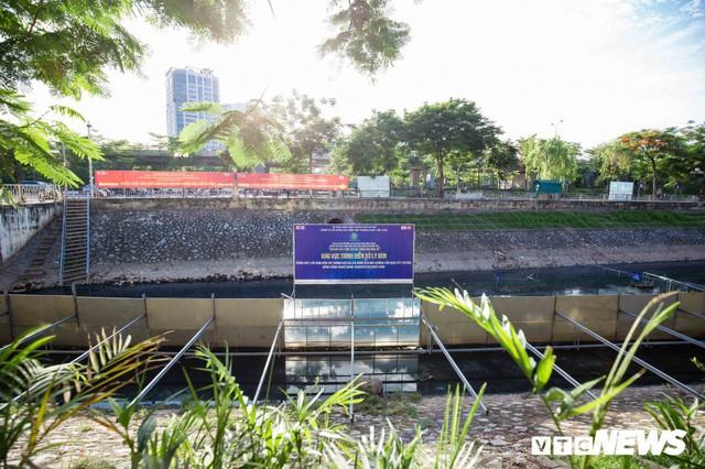 Ảnh: Cận cảnh đáy sông Tô Lịch sau 3 tuần thí điểm công nghệ Nhật Bản phân hủy bùn hữu cơ - Ảnh 2.