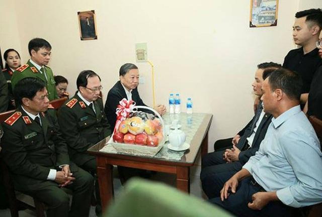 Bộ trưởng Tô Lâm thăm, động viên gia đình các chiến sĩ hy sinh tại Đồng Tâm - Ảnh 1.