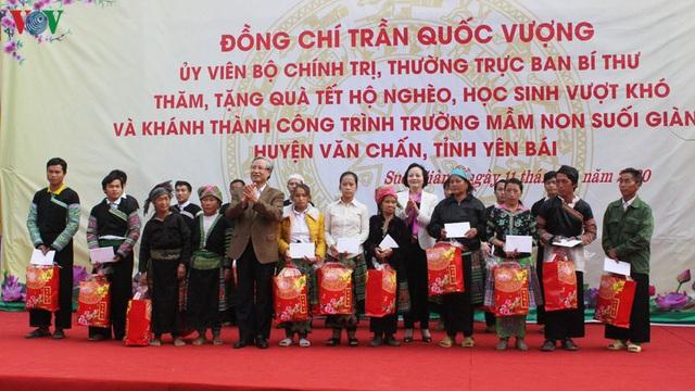 Ông Trần Quốc Vượng tặng quà Tết các hộ nghèo, gia đình chính sách ở Yên Bái - Ảnh 1.