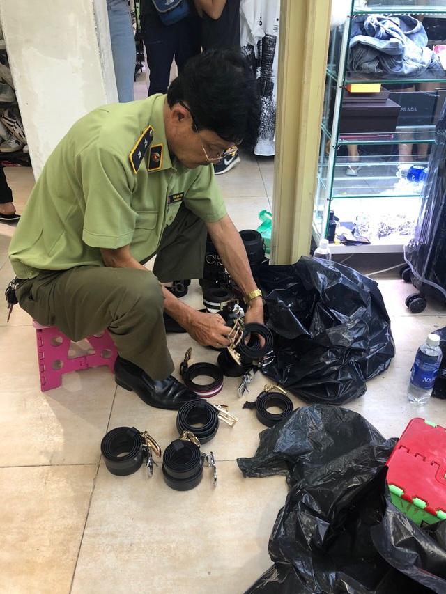 Truy quét hàng giả ở Saigon Square: Tiểu thương đồng loạt đóng cửa, giả vờ quét dọn vệ sinh - Ảnh 1.