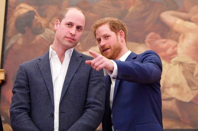 """Bạn bè tiết lộ Hoàng tử Harry phẫn uất vì anh trai """"bắt nạt"""", nhưng sự thật đẫm nước mắt phía sau là gì? - Ảnh 1."""