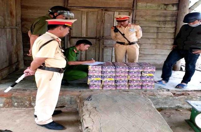 """Kon Tum: Phát hiện 95kg pháo hoa bị """"bỏ quên"""" trên đường - Ảnh 1."""