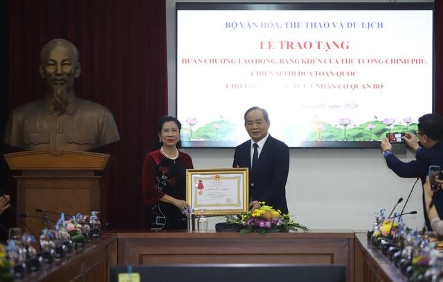 Trao tặng nhiều Huân chương của Chủ tịch nước, Bằng khen của Thủ tướng Chính phủ cho các tập thể, cá nhân xuất sắc thuộc Bộ VHTTDL - Ảnh 1.