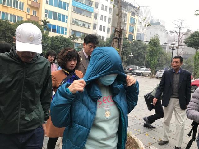 Xử vụ bé trai trường Gateway bị bỏ quên trên xe đưa đón: Bị cáo Nguyễn Bích Quy, Doãn Quý Phiến đến toà - Ảnh 1.