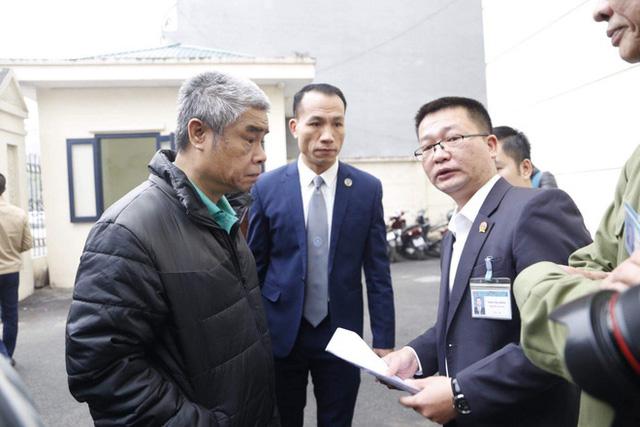 Xử vụ bé trai trường Gateway bị bỏ quên trên xe đưa đón: Bị cáo Nguyễn Bích Quy, Doãn Quý Phiến đến toà - Ảnh 2.