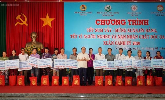 Thủ tướng chúc Tết và tặng 100 ngôi nhà cho người nghèo tỉnh Vĩnh Long - Ảnh 1.