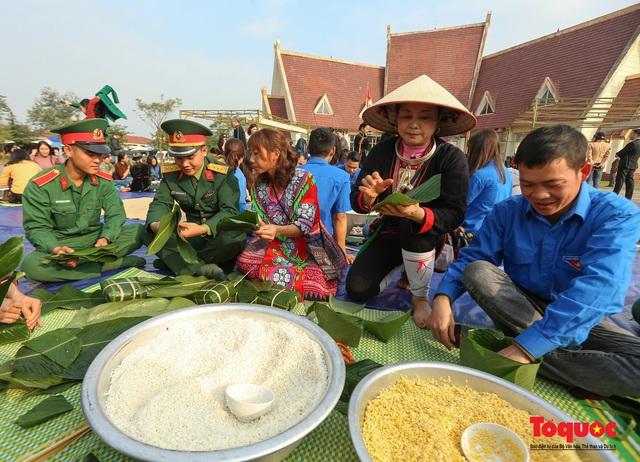 Hơn 1000 bánh chưng xanh cùng người nghèo ăn Tết Canh Tý 2020 - Ảnh 1.