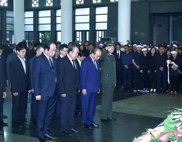 Thủ tướng Nguyễn Xuân Phúc viếng ba chiến sĩ hy sinh ở Đồng Tâm - Ảnh 2.