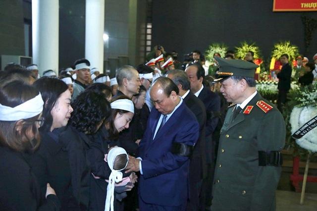 Thủ tướng Nguyễn Xuân Phúc viếng ba chiến sĩ hy sinh ở Đồng Tâm - Ảnh 4.