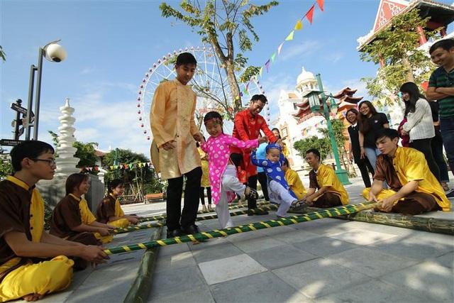 Tết này, Đà Nẵng đã có lễ hội hoa Xuân Phát Tài còn rực rỡ hơn - Ảnh 1.