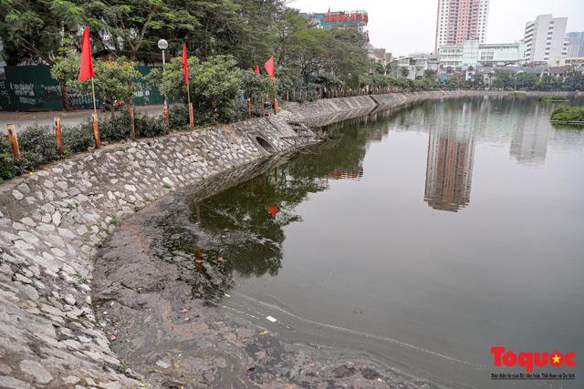 Hà Nội: Nước hồ Văn Quán chuyển màu đen kịt, nổi váng, cá chết bốc mùi hôi thối sau ngày tiễn ông táo về trời - Ảnh 1.