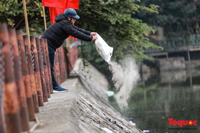 Hà Nội: Nước hồ Văn Quán chuyển màu đen kịt, nổi váng, cá chết bốc mùi hôi thối sau ngày tiễn ông táo về trời - Ảnh 5.