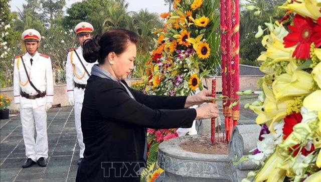 Chủ tịch Quốc hội dâng hương viếng các Liệt sĩ tại Nghĩa trang tỉnh Bến Tre - Ảnh 1.