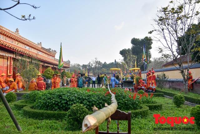 Du khách thích thú xem tái hiện nghi lễ dựng nêu đón Tết tại Kinh thành Huế - Ảnh 2.