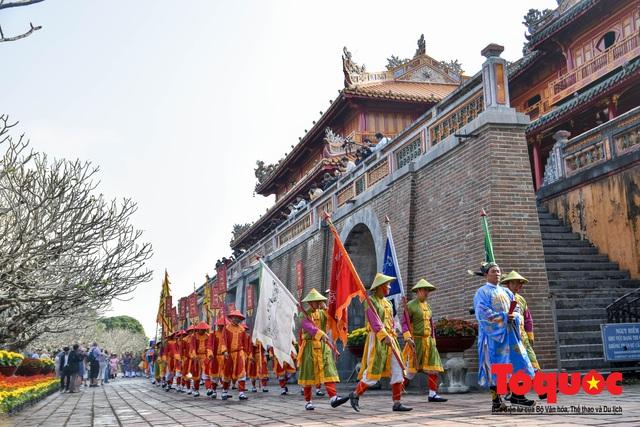 Du khách thích thú xem tái hiện nghi lễ dựng nêu đón Tết tại Kinh thành Huế - Ảnh 13.