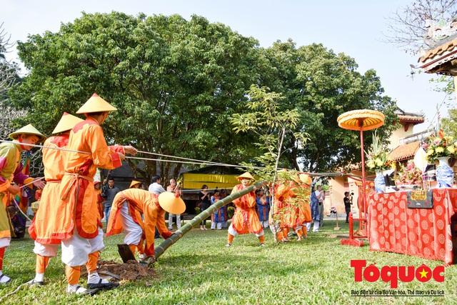 Du khách thích thú xem tái hiện nghi lễ dựng nêu đón Tết tại Kinh thành Huế - Ảnh 11.