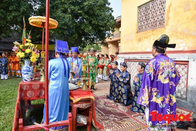 Du khách thích thú xem tái hiện nghi lễ dựng nêu đón Tết tại Kinh thành Huế - Ảnh 1.