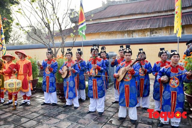 Du khách thích thú xem tái hiện nghi lễ dựng nêu đón Tết tại Kinh thành Huế - Ảnh 8.