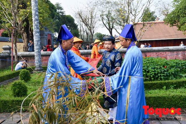 Du khách thích thú xem tái hiện nghi lễ dựng nêu đón Tết tại Kinh thành Huế - Ảnh 10.