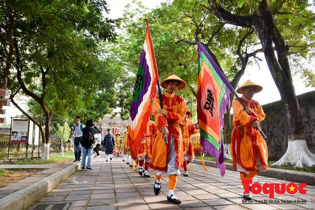Du khách thích thú xem tái hiện nghi lễ dựng nêu đón Tết tại Kinh thành Huế - Ảnh 4.