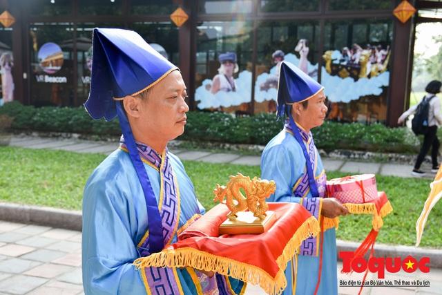Du khách thích thú xem tái hiện nghi lễ dựng nêu đón Tết tại Kinh thành Huế - Ảnh 9.