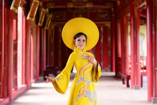 Đạo diễn Nguyễn Lan Vy: Người phụ nữ Huế nặng tình với tà áo dài dân tộc - Ảnh 1.