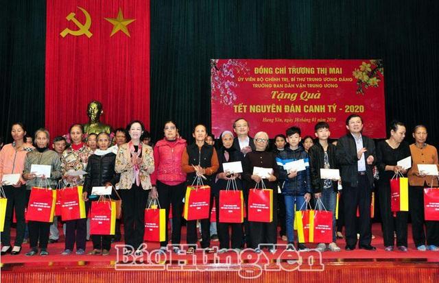 Đồng chí Trương Thị Mai tặng quà Tết người nghèo, người có hoàn cảnh khó khăn tại Hưng Yên - Ảnh 1.
