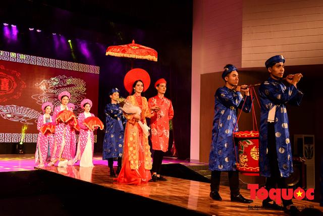 Đạo diễn Nguyễn Lan Vy: Người phụ nữ Huế nặng tình với tà áo dài dân tộc - Ảnh 4.
