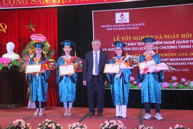Trao bằng tốt nghiệp cho sinh viên ngành du lịch được đào tạo theo chương trình từ Úc - Ảnh 1.