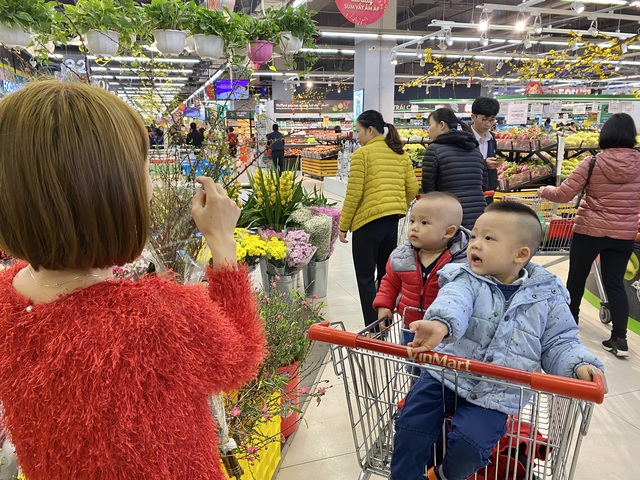 """Chủ nhật cuối cùng năm cũ, siêu thị """"nghẹt thở"""" người sắm Tết - Ảnh 8."""