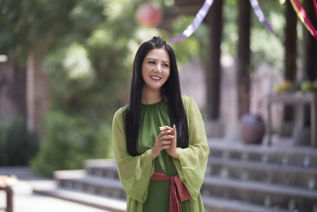 Đinh Hiền Anh ngại ngùng trước cảnh 'liếc mắt đưa tình' với bạn diễn - Ảnh 1.