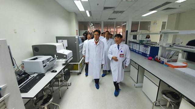 Sát ngày Tết: Phó Thủ tướng đi kiểm tra công tác đáp ứng với dịch bệnh viêm phổi cấp do virus corona - Ảnh 1.