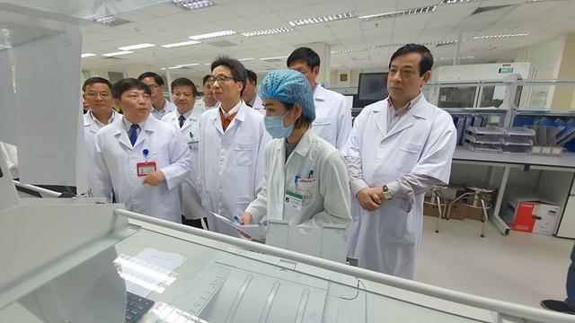 Sát ngày Tết: Phó Thủ tướng đi kiểm tra công tác đáp ứng với dịch bệnh viêm phổi cấp do virus corona - Ảnh 2.