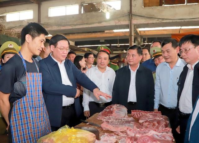 Hình ảnh Phó Thủ tướng Vương Đình Huệ đi chợ Tết - Ảnh 1.