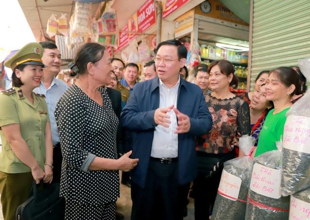 Hình ảnh Phó Thủ tướng Vương Đình Huệ đi chợ Tết - Ảnh 3.