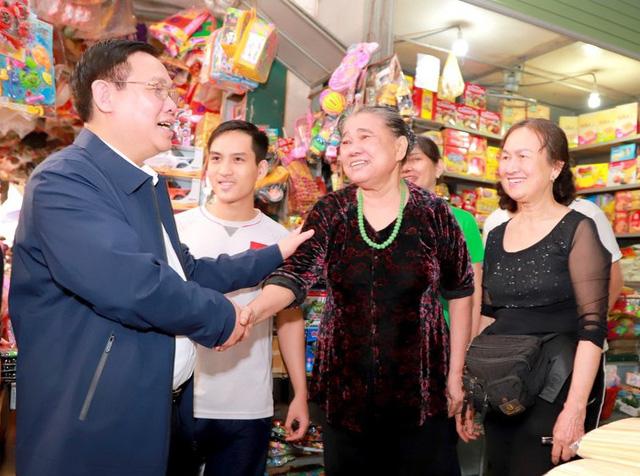Hình ảnh Phó Thủ tướng Vương Đình Huệ đi chợ Tết - Ảnh 4.