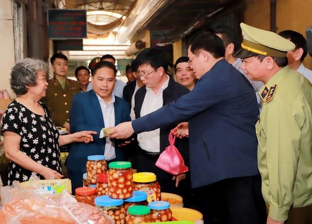 Hình ảnh Phó Thủ tướng Vương Đình Huệ đi chợ Tết - Ảnh 5.