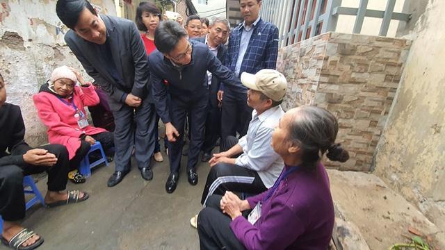 """Phó Thủ tướng Vũ Đức Đam thăm """"xóm chạy thận"""" vào sáng 30 Tết - Ảnh 2."""