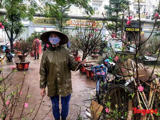 Hà nội đổ mưa lớn: Đào, quất giảm giá mạnh ngày 30 Tết, cây đào giá cả triệu bạc biến thành củi chỉ sau 1 ngày - Ảnh 4.