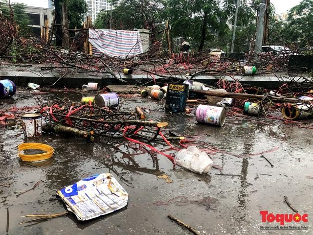 Hà nội đổ mưa lớn: Đào, quất giảm giá mạnh ngày 30 Tết, cây đào giá cả triệu bạc biến thành củi chỉ sau 1 ngày - Ảnh 12.