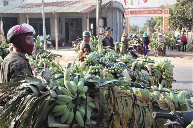 Cận cảnh chợ chuối mật mốc lớn nhất miền Trung ngày cận Tết - Ảnh 4.
