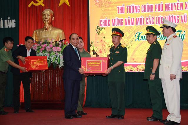 Thủ tướng Nguyễn Xuân Phúc chúc Tết lực lượng vũ trang và nhân dân TP Đà Nẵng  - Ảnh 2.