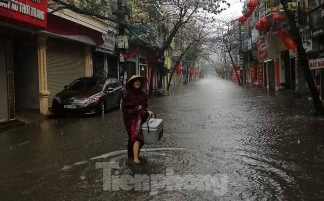 Nam Định ngập sâu, người dân 'thúc thủ' trong nhà ngày mùng 1 Tết - Ảnh 11.