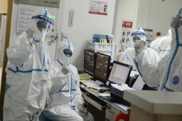 Bác sĩ, y tá trong tâm dịch Vũ Hán: Không ai dám đi vệ sinh, người gục ngã vì nhiễm bệnh, người xin được về nhà - Ảnh 2.