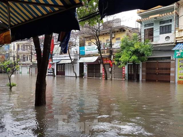 Nam Định ngập sâu, người dân 'thúc thủ' trong nhà ngày mùng 1 Tết - Ảnh 1.